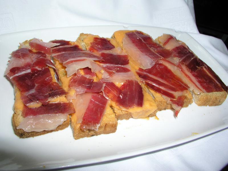 Pan con salmorejo y jamón